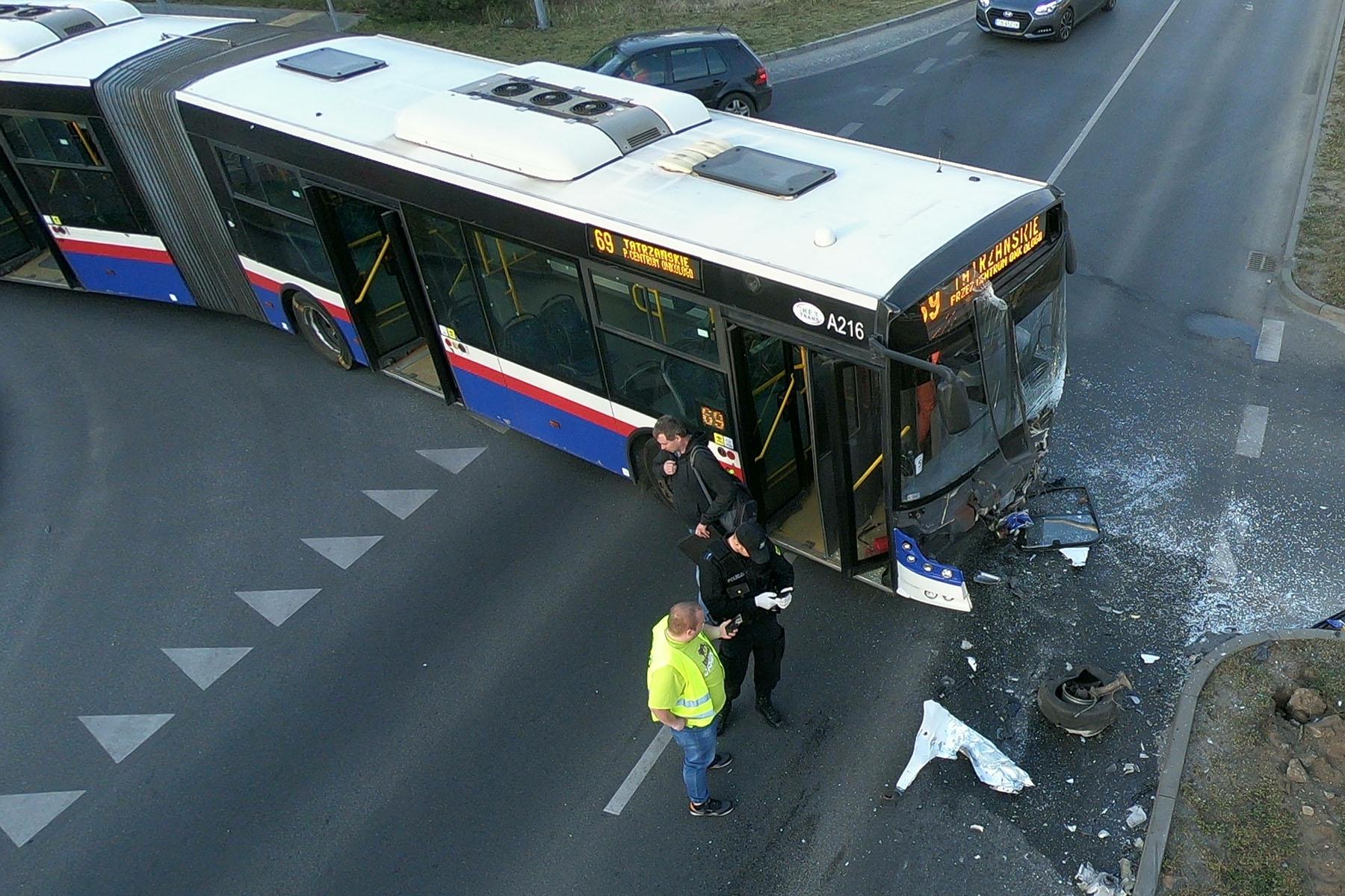Wypadek z udziałem autobusu w Fordonie (zobacz galerię zdjęć z drona)